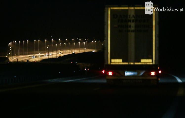 Mnóstwo lamp oświetla poszerzoną autostradę A1 w gminie Godów. Głupota?