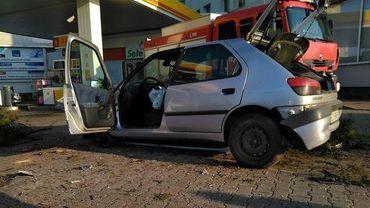 Wariacka jazda i rozbite trzy auta na stacji paliw