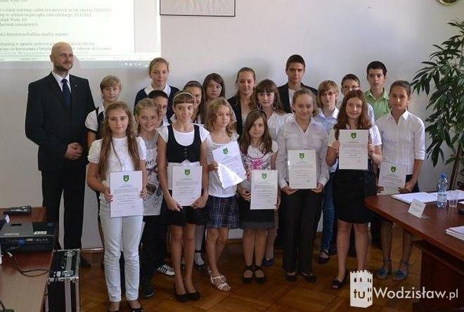 Najwybitniejszym uczniom radlińskich szkół wręczono stypendia burmistrza Radlina