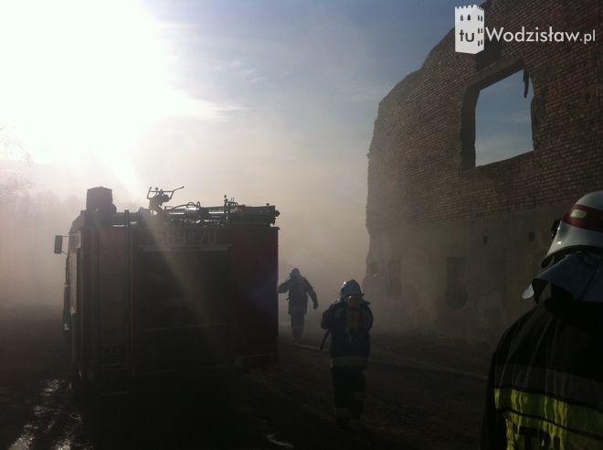 Wodzisław: paliła się stara cegielnia (zdjęcia), ww