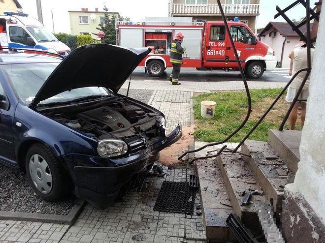Wypadek w Marklowicach. Kierowca uderzył w samochód, a ten wjechał w budynek, st.str. Mateusz Kaczmarek; źródło: KPPSP Wodzisław Śl.