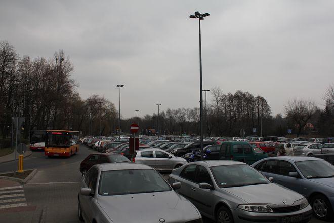 Szczelnie zapełniony parking przy Galerii Karuzela to nierzadki widok.