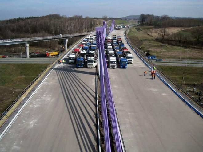 60 ciężarówek wjechało dziś na most w Mszanie. To próby obciążeniowe, GDDKiA