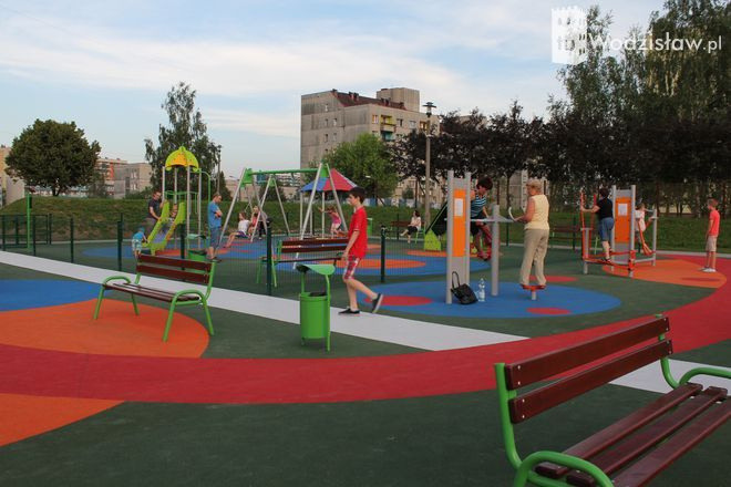 Nowy plac zabaw i siłownia na swieżym powietrzu na osiedlu Piastów spotkały się z entuzjazmem mieszkańców.