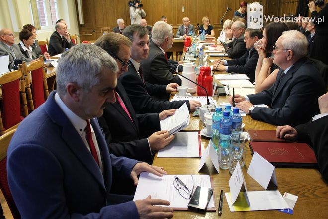 Od lewej: Roman Szamatowicz, Jan Grabowiecki i Rafał Połednik - to prezydium Rady Miasta Wodzisławia