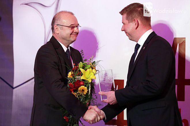 Dr Andreas Glenz odbiera statuetkę Człowieka Roku z rąk prezydenta Wodzisławia, Mieczysława Kiecy.