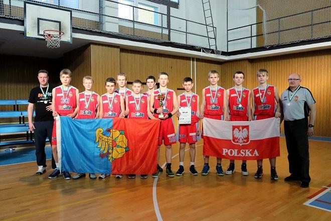 Srebrny medal w kategorii chłopców U-15 wywalczyli koszykarze MKS-u Wodzisław na turnieju w Ostrawie