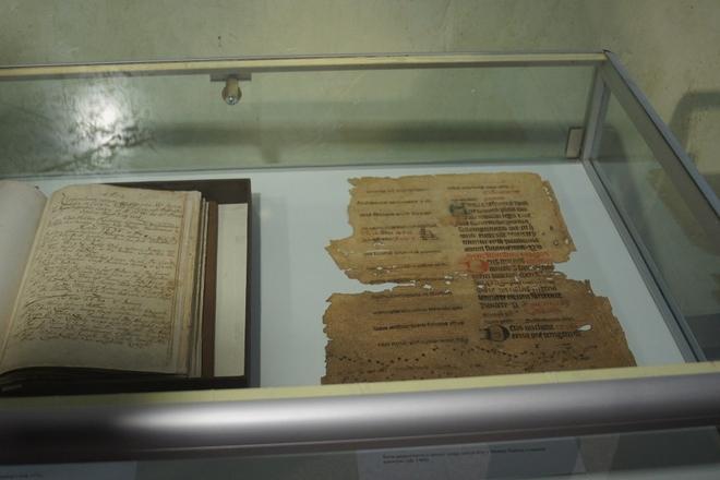 Zdjęcie rękopisów znalezionych w księgach parafialnych w Mszanie