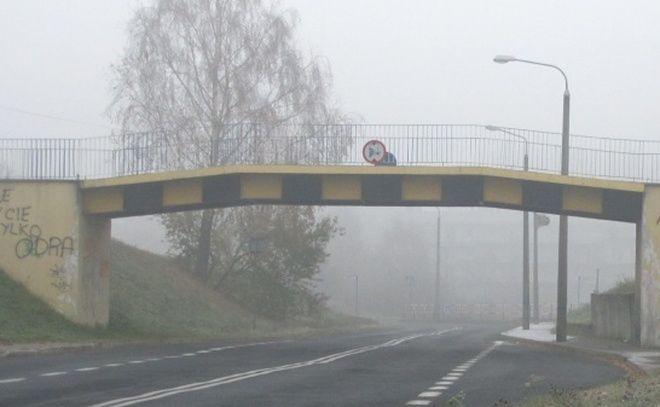 Proceder obrzucania przejeżdżających aut pod wiaduktem na osiedlu Piastów powtarza się