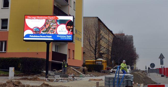 Telebim przy skrzyżowaniu Radlińskiej i 26 Marca