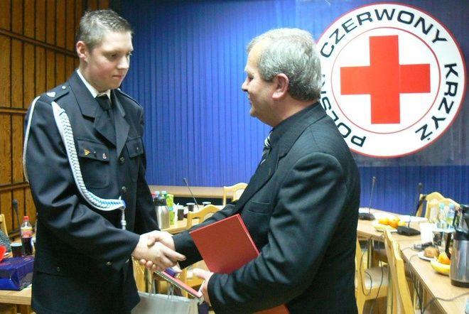Za propagowanie idei honorowego krwiodawstwa Polskiego Czerwonego Krzyża w środowisku młodzieżowym i strażackim'' uhonorowano Przemysława Stonogę z Jednostki OSP w Pszowie