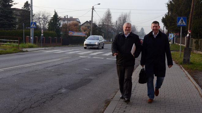 Prezydenci Eugeniusz Ogrodnik i Mieczysław Kieca spacerem wracają do pracy