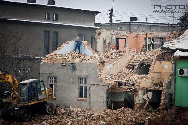 Rozbiórka budynku na placu budowy kolejnego marketu w Rydułtowach