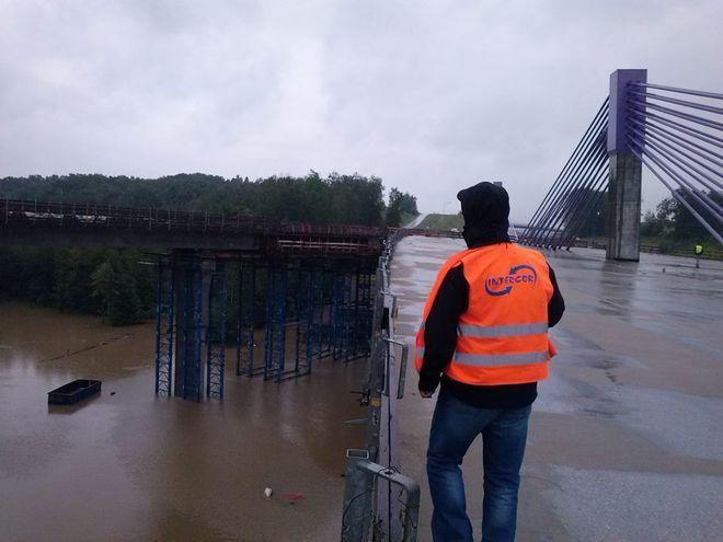 Na zdjęciu widać, że podczas obfitych opadów niepozorna rzeka Kolejówka występuje z brzegów, efektem czego jest kompletnie zalana cała dolina