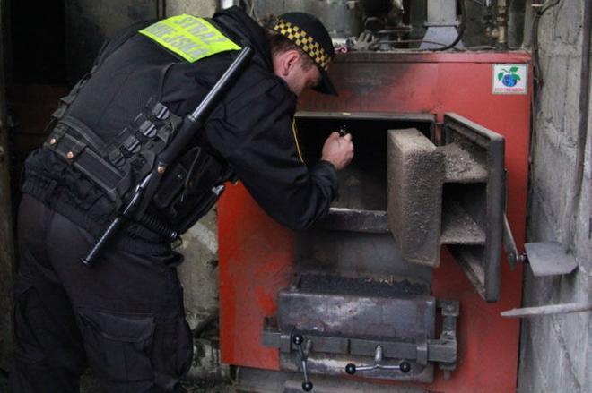 Policjanci - w przeciwieństwie do Straży Miejskiej - nie mają uprawnień do pobierania próbek z palenisk