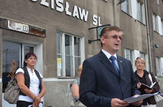 Poseł Adam Gawęda zwrócił uwagę na to, że w Wodzisławiu zlikwidowano dworzec kolejowy a kasy biletowe pozostają zamknięte