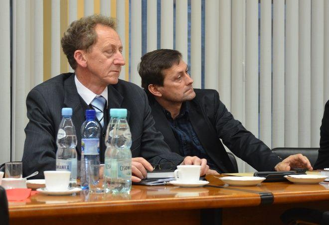 Radny Grzonka (po prawej) w używaniu dyktafonu niczego złego nie widzi. Twierdzi, że pamięć jest zawodna a nagrania ułatwiają mu wypełnianie obowiązków radnego