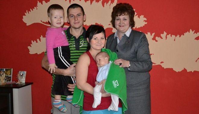 Pierwszym obdarowanym dzieckiem został Kamil Penkała – syn  Marka i Moniki. Tu wraz ze starszym dzieckiem i burmistrz Barbarą Magiera