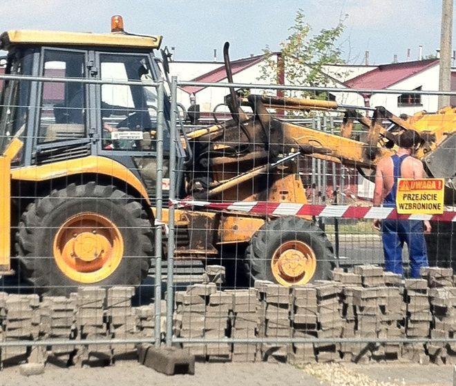 Jakież było zaskoczenie przedsiębiorców z ulicy Leszka w Wodzisławiu, gdy z dnia na dzień robotnicy zablokowali pobliski parking i zablokowali dojście potencjalnym klientom