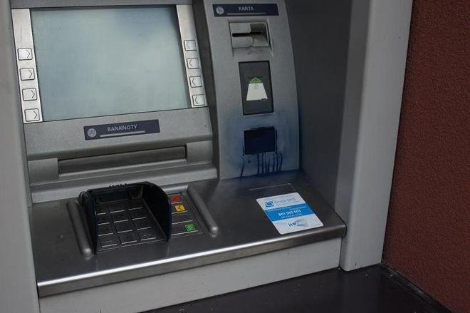 Mszana: Ciągłe kłopoty z bankomatem. Ktoś zamalował kamerkę sprejem i użył skradzionej karty, UG Mszana