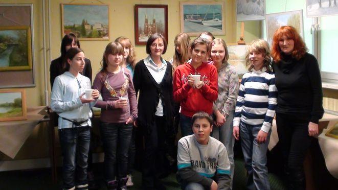 Brygida Przybyła z gimnazjalistami