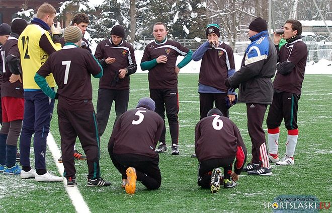 Piłkarze Czarnych podczas przerwy w trakcie zimowego sparingu