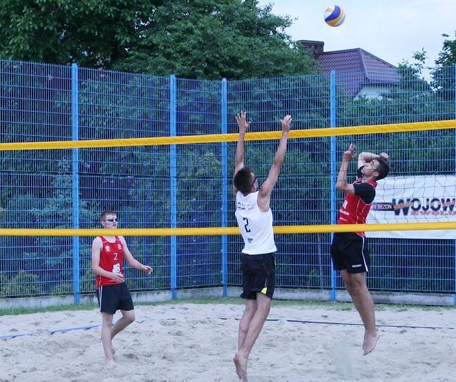 Radlińscy siatkarze awansowali do półfinałów Mistrzostw Polski w siatkówce plażowej oraz wywalczyli srebro ''Kinder+Sport''