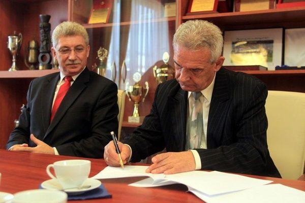 Wiceburmistrz Rydułtów Henryk Hajduk i prezes Naprzodu Rydułtowy Antoni Piła